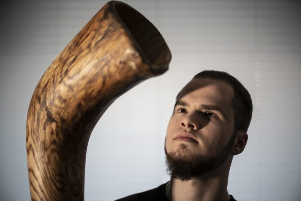 Michał Mazur, śremski muzyk prezentujący muzykę ludową