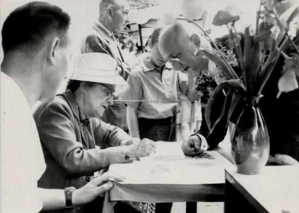 Kazimiera Iłłakowiczówna na kiermaszu książki ok. 1967 r., ze zbiorów Biblioteki Raczyńskich