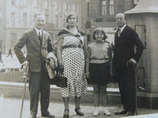 Masza Sochaczewska z rodzicami i wujkiem, Plac Wolności w Poznaniu 1934
