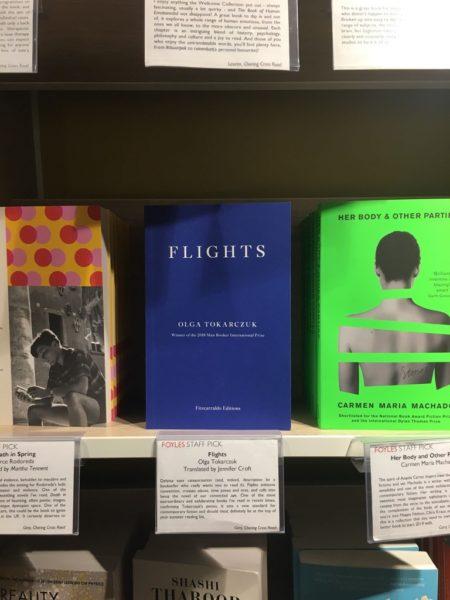 """""""Bieguni"""" Olgi Tokarczuk w księgarni Foyles w Londynie"""
