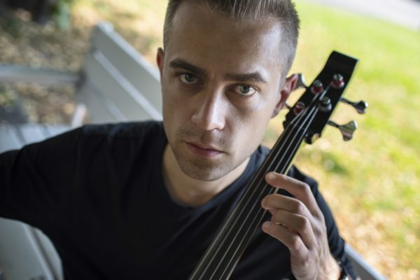 Bartosz Zboralski, poznański wiolonczelista, autor projektu Loop Trigger. Fot. Mariusz Forecki