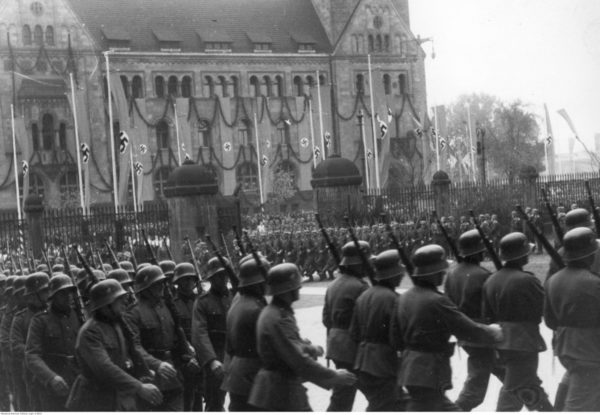 Defilada wojskowa przed Zamkiem Cesarskim w Poznaniu w dniu objęcia urzędu namiestnika w Kraju Warty przez Artura Greisera. Źródło: Narodowe Archiwum Cyfrowe