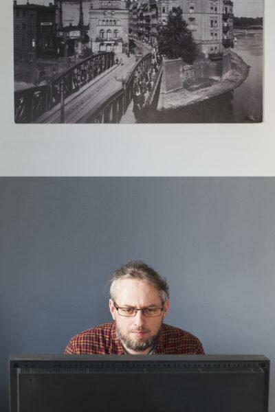 CYRYL, Maciej Męczyński w czasie opracowywania materiałów archiwalnych, fot. Marta Buczkowska