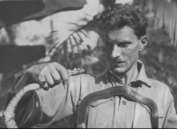 Arkady Fiedler trzymający węża, żródło Narodowe Archiwum Cyfrowe