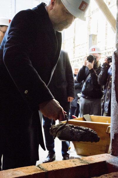 Marszałek Marek Woźniak podczas uroczystości wmurowania aktu erekcyjnego pod budowę siedziby Polskiego Teatru Tańca, fot. D. Tatarkiewicz