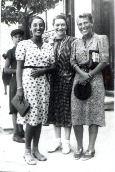 Zuzanna Ginczanka (pierwsza z lewej) z koleżankami, fot. z archiwum Izoldy Kiec