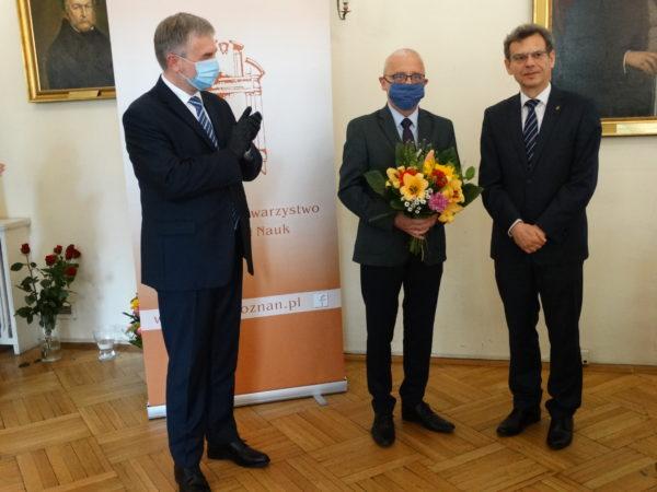 Od lewej: Marek Woźniak - Marszałek Województwa Wielkopolskiego, prof. Artur Jazdon - laureat jednej z nagród PTPN, prof. Andrzej Gulczyński - prezes PTPN, fot. Alina Kucharska