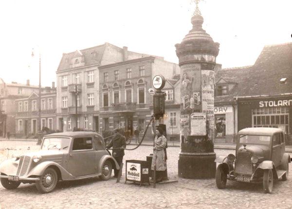 Stacja benzynowa na szamotulskim rynku - dystrybutor obsługuje Jan Jęczkowski, fot. Muzeum Zamek Górków w Szamotułach