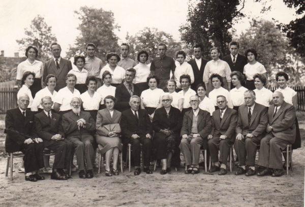 """Jan Jęczkowski (siedzi piąty od lewej) z członkami Chóru """"Lutnia"""", Szamotuły, lata 60, fot. Muzeum Zamek Górków w Szamotułach"""