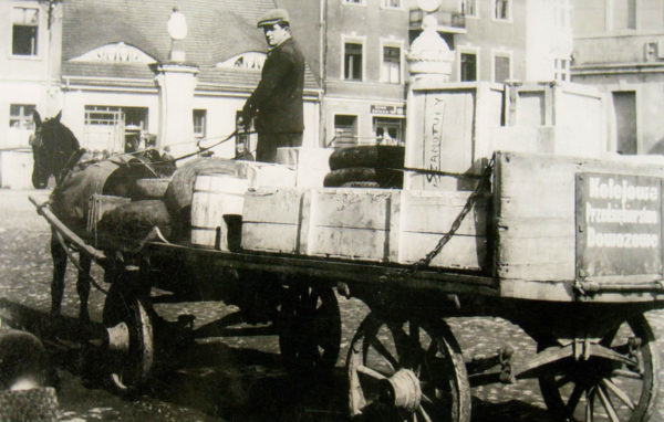 Wóz firmy dowozowej Jana Jęczkowskiego na szamotulskim rynku, rok 1939, fot. z archiwum Stefanii Jęczkowskiej