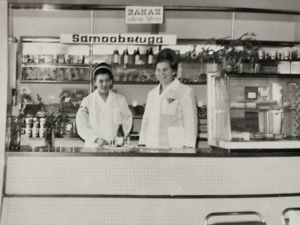 Wnętrze kawiarni Młodzieżowa w Jarocinie pod adresem Rynek 4 w roku 1970. Tutaj powstał klub Olimp