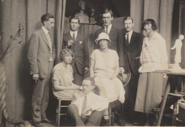 Ludwik Puget z rodziną i przyjaciółmi w swojej pracowni w Paryżu, 1924, fot. Polona