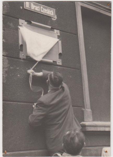 Odsłonięcie tablicy pamiątkowej i przemianowanie ulicy Szerokiej na Braci Czeskich, 1956 rok, fot. Muzeum Zamek Górków w Szamotułach