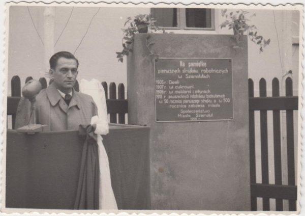 Odsłonięcie tablicy upamiętniającej strajki szamotulskich robotników w latach 1905-1911, 1957 rok, fot. Muzeum Zamek Górków w Szamotułach