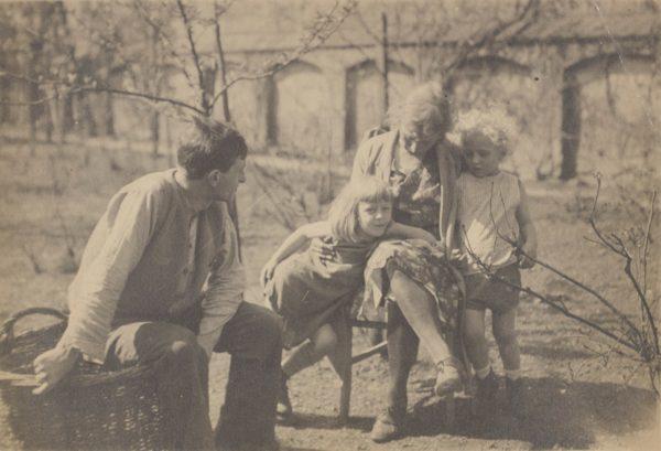 Jacek Puget z żoną Zofią i synami Franciszkiem i Janem w ogrodzie kolo domu Pugetów w Krakowie, ul. Wolska 18, około 1932 roku, fot Polona
