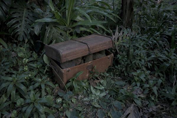 """Obraz oparty na opowieściach o przybyciu do nowej ziemi. Wszyscy imigranci podróżowali z dużymi drewnianymi skrzyniami (""""baúl""""), w których przechowywali swoją własność. Były one  łatwym celem dla złodziei portowych, którzy ukradzione przedmioty zastępowali kamieniami, fot. K. Wąsowska"""