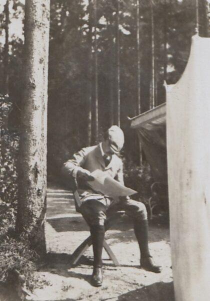 Wojciech Kossak w lesie, około 1915, fot. Polona