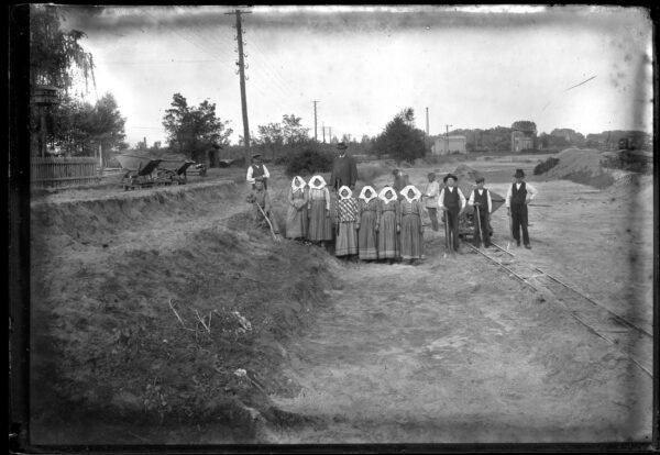 Kobiety przy dworcu w Zbąszyniu, fot. Constanty Sikorski, Fundacja TRES.