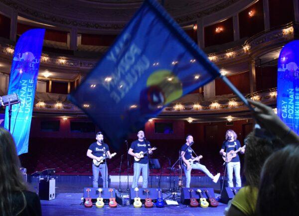 PIerwsza Poznańska Niesymfoniczna Orkiestra Ukulele podczas finału Festiwalu Cały Ponań Ukulele w 2020, fot. B. Landsberg