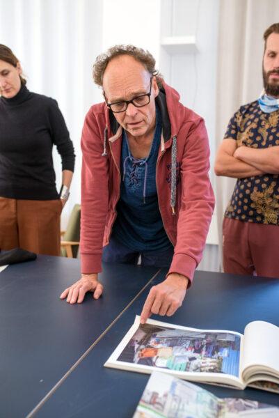 Peter Bialobrzeski w trakcie warsztatów towarzyszących wystawie Cities w poznańskiej Centrali, fot. Michał Sita