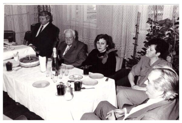 """1 rocznica istnienia redakcji """"Słowa Szamotuł"""", gazety, do której Tadeusz Bak (drugi od lewej) napisał wiele cennych artykułów, fot. Muzeum Zamek Górków w Szamotułach"""
