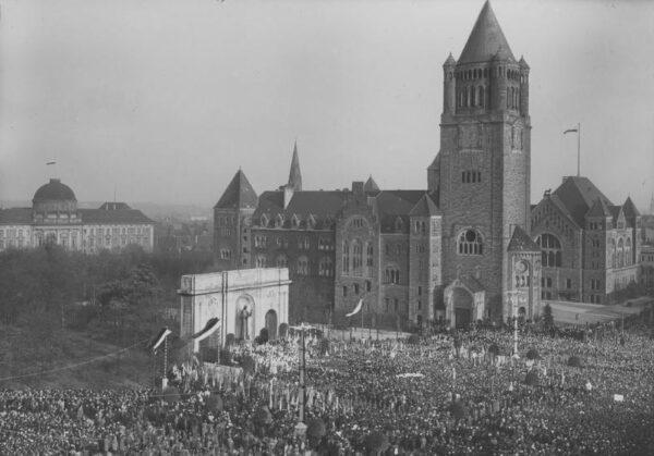 Poznań. Uroczystość odsłonięcia pomnika Wdzięczności (ku czci serca Jezusowego), fot. Narodowe Archiwum Cyfrowe