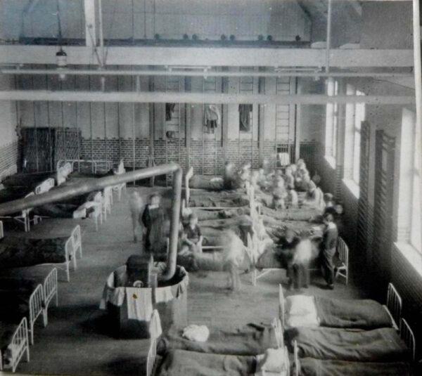 Wnętrze sali gminastycznej zaadaptowanej na pobyt żydowskich dzieci, fot. A. Reich, z kolekcji Fundacji Tres