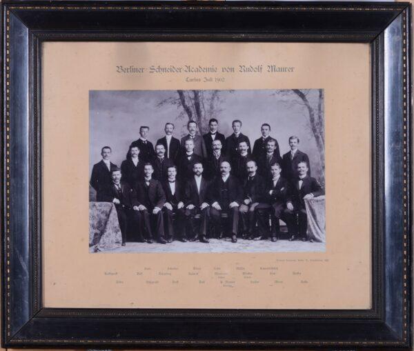 Berlińska Akademia Krawiecka Rudolfa Maurera, 1902, ukończona przez Jana Baka – ojca Tadeusza (stoi drugi od lewej w drugim rzędzie), fot. Muzeum Zamek Górków w Szamotułach