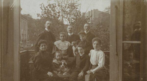 Heliodor Święcicki w otoczeniu najbliższej rodziny na balkonie Pałacu Działyńskich 1890-1900, fot. Cyryl