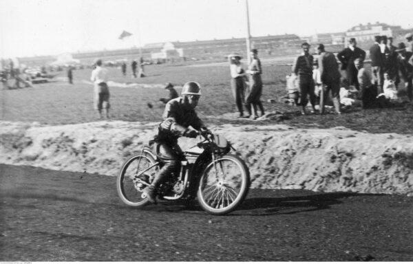 Międzynarodowe wyścigi motocyklowe w Mysłowicach. Na zdjęciu Rudolf Bogusławski, fot. ze zbiorów NAC