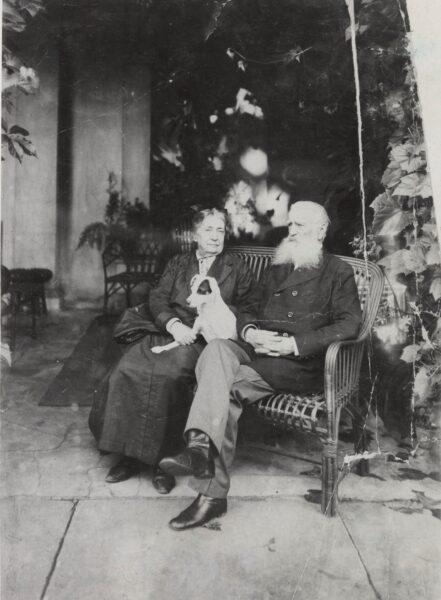 Mieczysław i Maria Kwileccy na tarasie pałacu w Oporowie, fot. Polona