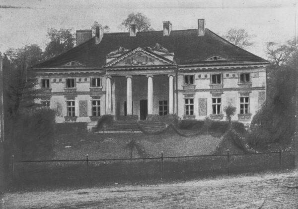 Pałac w Lewkowie w latach około 1918-1934, fot. Narodowe Archiwum Cyfrowe