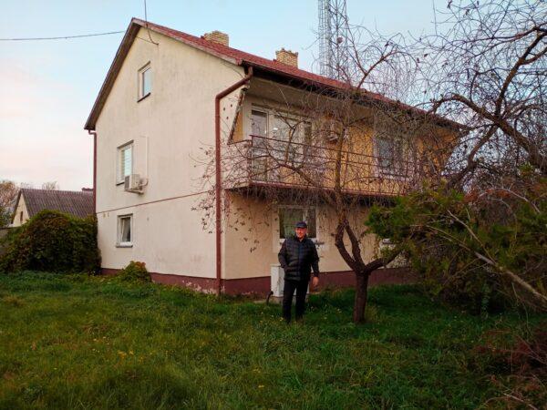 Bogdan Siwiński przy swoim dawnym domu w Roztoce, obecnie budynek należy do kopalni, fot. M. Marciniak