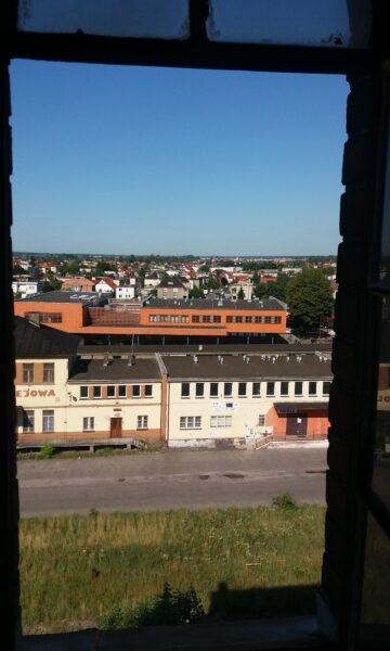 Widok z dawnego młyna na budynek dworca. Na pierwszym planie wyburzony w 2018 r. budynek Ekspedycji Kolejowej, fot. M. Gołembka