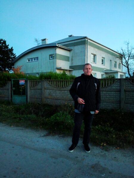 Stanisław Maciejewski przed swoim dawnym domem w Roztoce, fot. M. Marciniak