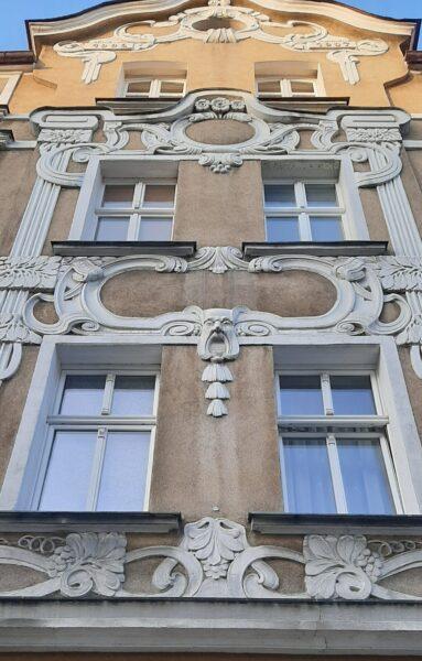Ozdobna elewacja przy ulicy Słowiańskiej 20 w Lesznie, fot. M. Gołembka