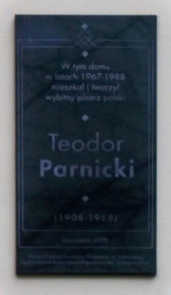 Tablica pamiątkowa na domu przy ul. Szymona Zimorowicza 2 w Warszawie, fot. Wikipedia. Wolna encyklopedia