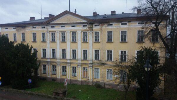 Budynek dawnego Królewskiego Urzędu Ruchu, a przed nim wyjście ewakuacyjne ze schronu, fot. M. Gołembka