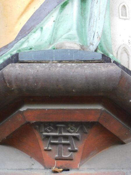 Inicjały Alexisa Langera na wsporniku nad wejściem do kościoła w Gryżynie, fot. Emilian Prałat