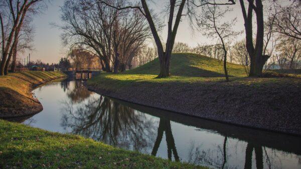 Jeden z kanałów Obry z widocznym jazem, fot. Piotr Nędzewicz
