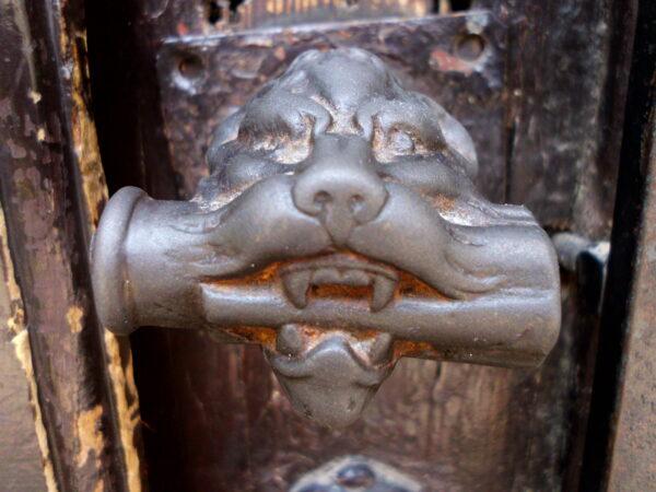 Klamka, która w ostatnim czasie zniknęła z ulicy Wolności, fot. M. Gołembka