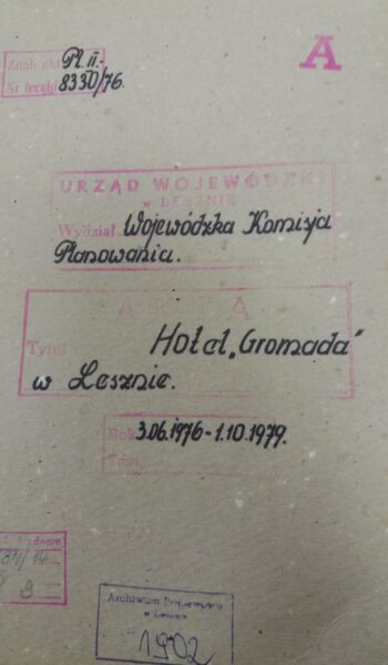 Teczka zawierająca dokumentację dotyczącą postawienia Hotelu Gromada, Archiwum Państwowe w Lesznie, reprodukcja M. Gołembka