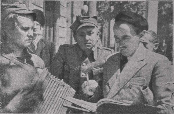 """Leonard Buczkowski (w berecie) na planie filmu """"Zakazane piosenki"""", fot. Wikipedia"""