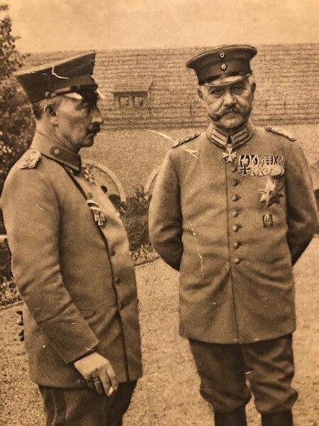 Cesarz Wilhelm II i marszałek von Hindenburg na dziedzińcu poznańskiego zamku, fot. domena publiczna
