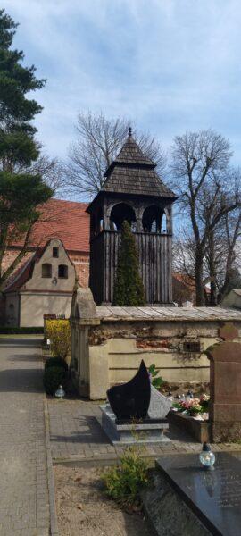 Kościół z dzwonnicą w Ceradzu. Przed nią grobowiec rodziny Stasiaków, właścicieli dóbr Sarbia, fot. Emilian Prałat