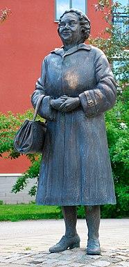Posąg autorstwa Susanny Arwin w kampusie w Växjö, fot. Wikipedia
