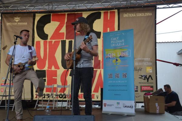 Pierwsza Poznanska Niesymfoniczna Orkiestra Ukulele (PPNOU) na Czech Ukulele Festival, fot. Stowarzyszenie Synteza
