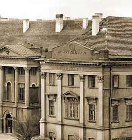 Fragment sylwety pałacu gubernatorskiego w Kaliszu z symbolami carskimi - godłem i inskrypcją, fot. Archiwum Państwowe w Kaliszu