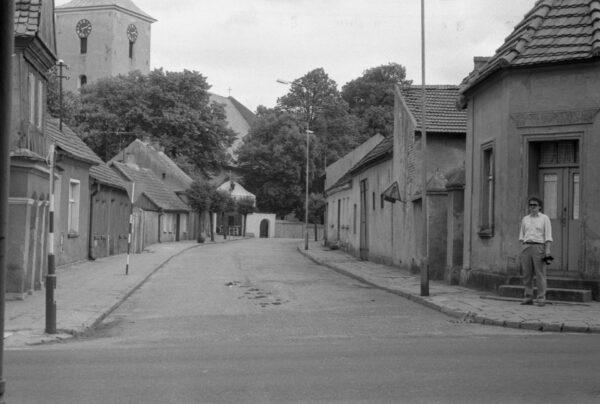 Ostroróg i widok na kościół, lata 80. XX wieku, fot. Cyfrowe Archiwum im. Józefa Burszty