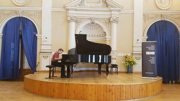 Filip gra w Krynicy Zdroju, w Sali Balowej, fot. z archiwum rodzinnego
